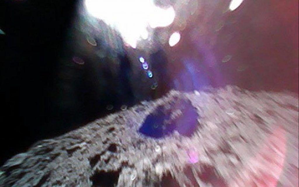 Japón aterriza robots en asteroide
